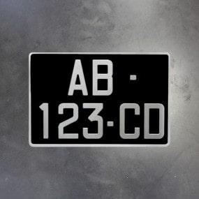 Plaque noire d'immatriculation à l'ancienne en aluminium avec tirets